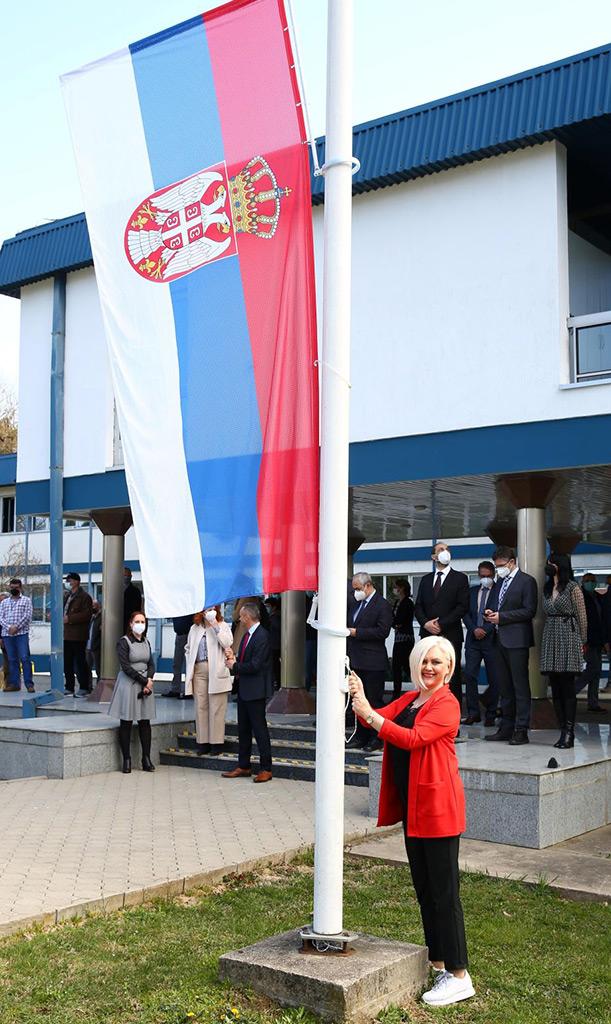 Irena-podiže-zastavu-Srbije_res